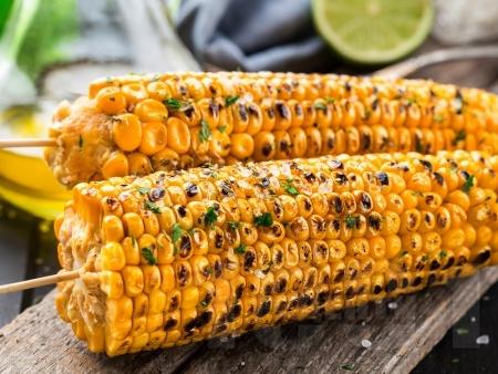 Сочна царевица на скара с ароматно чесново масло - снимка на рецептата
